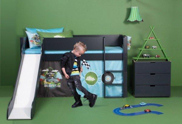 Beispiel: Bett in anthrazit mit Rutsche in anthrazit, Spielvorhang Renn und passenden Kissen. Kommode ebenfalls von Manis-h.