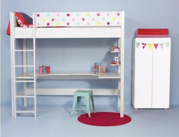 Beispiel zeigt Hochbett mit Designer-Absturzsicherung und 2 Schreibplatten sowie kleinen Schrank