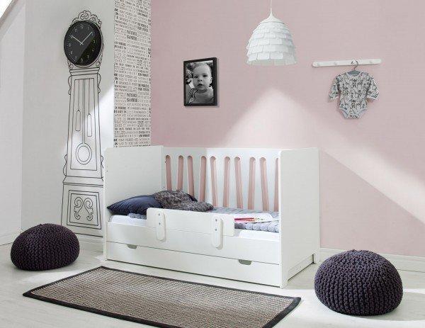 Sie erhalten ein normales Babybett, dessen vorderes Gitter Sie abnehmen können. Der Rausfallschutz kann bei Bedarf befestigt werden.