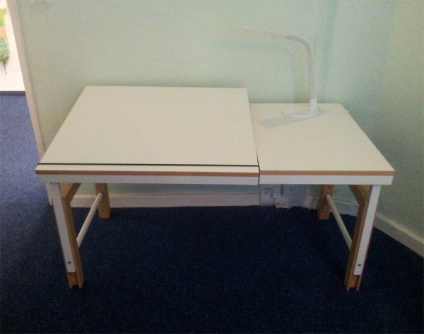 De Breuyn Schreibtisch Ziggy delite mit geteilter melaminbeschichteter Platte und massiven Buche-Umleimern an der Kante.