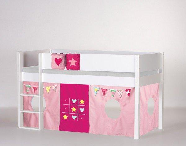Manis-h halbhohes Spielbett Frej in weiß, Beispiel mit Vorhang TicTacToe und passenden Betttaschen (Zubehör)