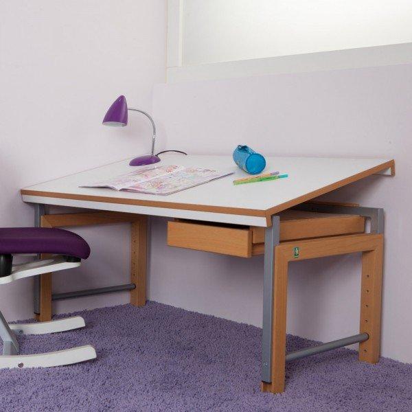 Beispiel zeigt den Schreibtisch Ziggy delite mit durchgehender Tischplatte (weiß melaminbeschichtet) und Gestell in natur geölt aus massiver Buche (Höhenverstellung in metallic grau), Schrägstellung optional erhältlich.)