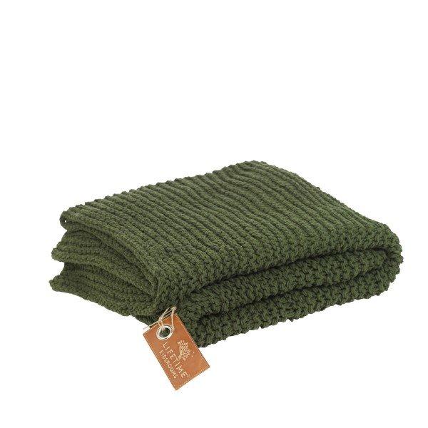 Grün gestricktes Plaid als Überwurf für Betten.