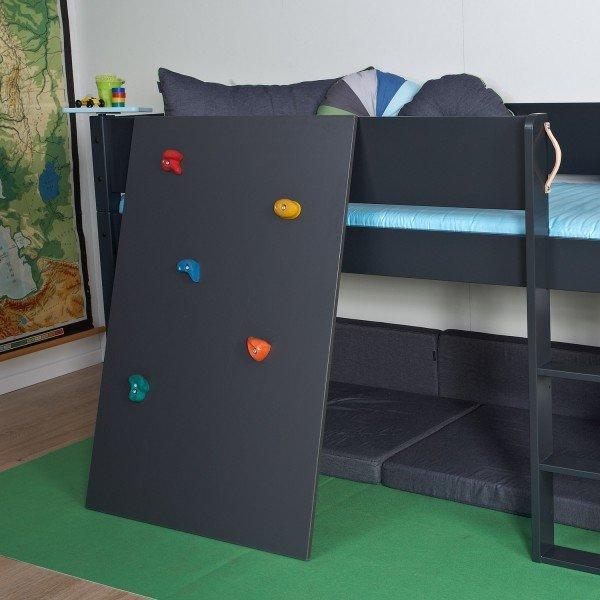Die Kletterwand ist in vielen Farben bestellbar und kann seitlich oder frontal montiert werden.