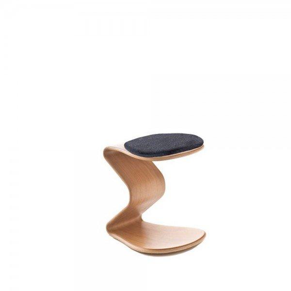 Kinderhocker Ercolino small mit flachem Sitzpolster, Beispiel hier in Buche (auch in Eiche erhältlich)