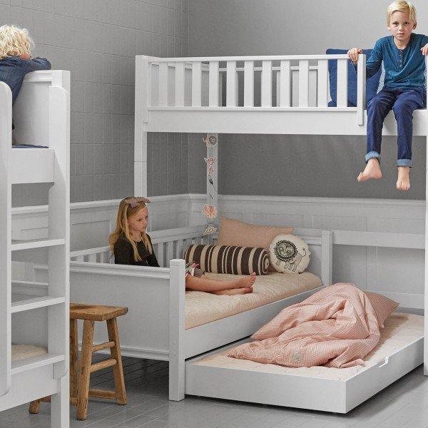 Fanny Liege mit Ausziehbett. Das Bett kann ohne oder mit Pfostenaufsätzen gewählt werden.