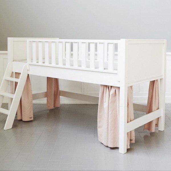 Rosa Vorhänge für halbhohes Bett