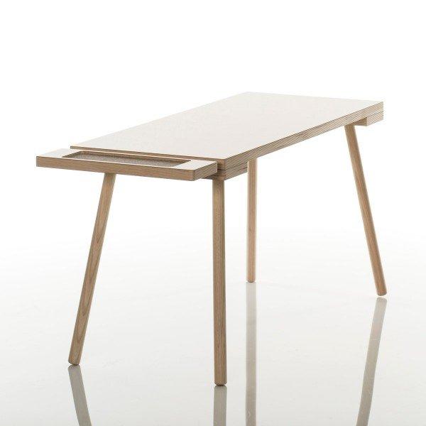 Der Poldi Schreibtisch ist aus rohem Eschenholz gefertigt, welches fein geschliffen wurde. Die Tischplatte ist aus Melamin.