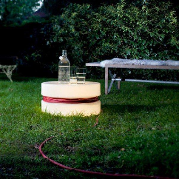 Outdoorleuchte Yoyo für Garten und Terrasse, kann auch als beleuchteter Beistelltisch verwendet werden.