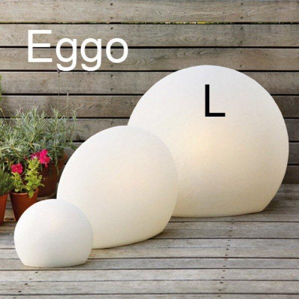 Schmale weiße Bodenleuchte Eggo L, 65cm hoch und mit einem Durchmesser von ca. 78cm.