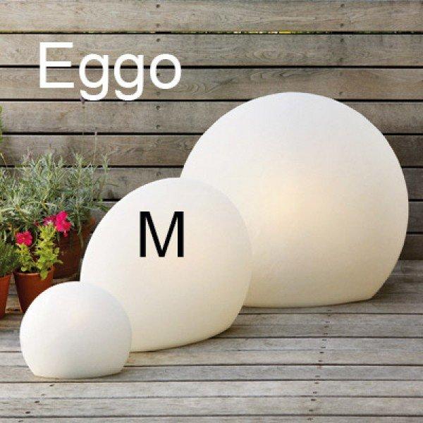 Schmale weiße Bodenleuchte Eggo M, 45cm hoch und mit einem Durchmesser von ca. 55cm.