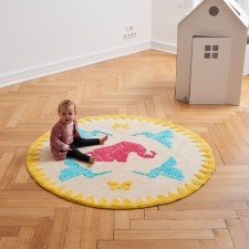 Teppich mit abgebildeten Origamifiguren