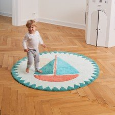 Ein großes Segelboot ziert den tollen flauschigen Teppich.