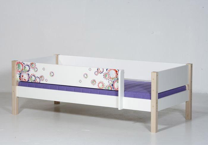 Beispiel: Bett mit hinterer Absturzsicherung in weiß/Buchepfosten und vorderer Absturzsicherung Muster