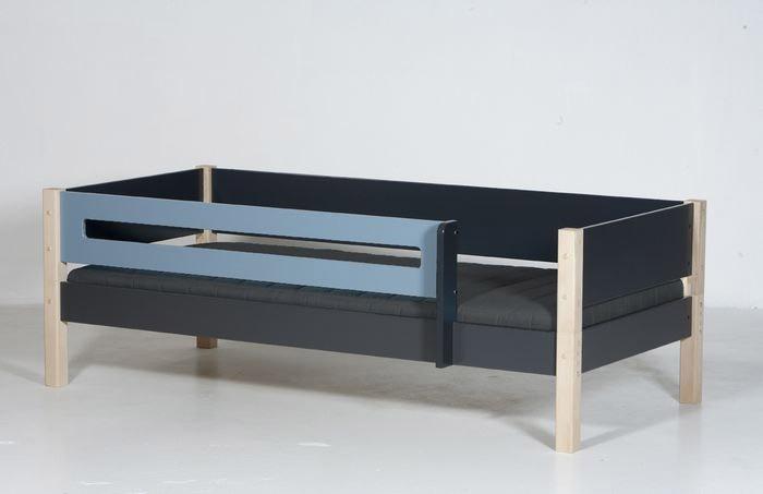 Beispiel: Bett mit hinterer Absturzsicherung in anthrazit/Buchepfosten und vorderer Absturzsicherung Rahmen