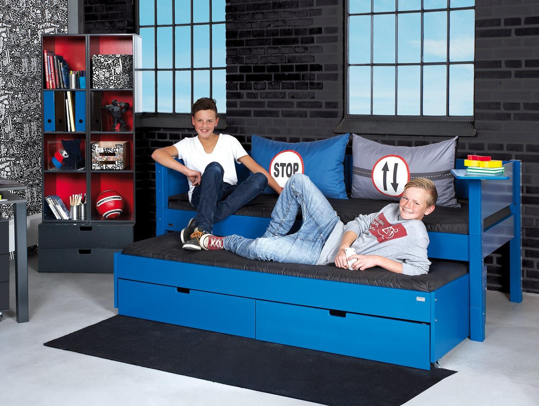 Beispiel: Bett mit hinterer Absturzsicherung in einer Sonderfarbe mit gleichfarbigen Pfosten