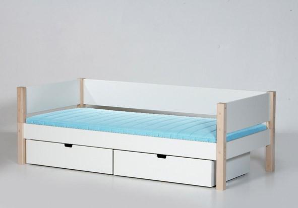 Beispiel: Bett mit hinterer Absturzsicherung in weiß/Buchepfosten